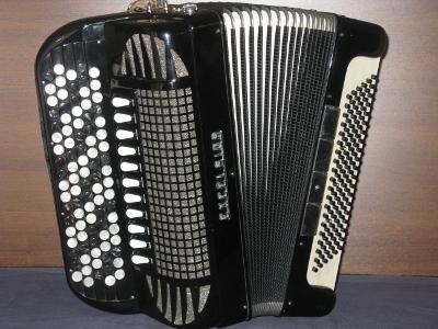 Excelsior 4-äänikerta - Harmonikassa uudet A Mano kielet - 3:lla keskiäänikerralla - Upeat vanhan ajan soundit - Hinta 1550 €